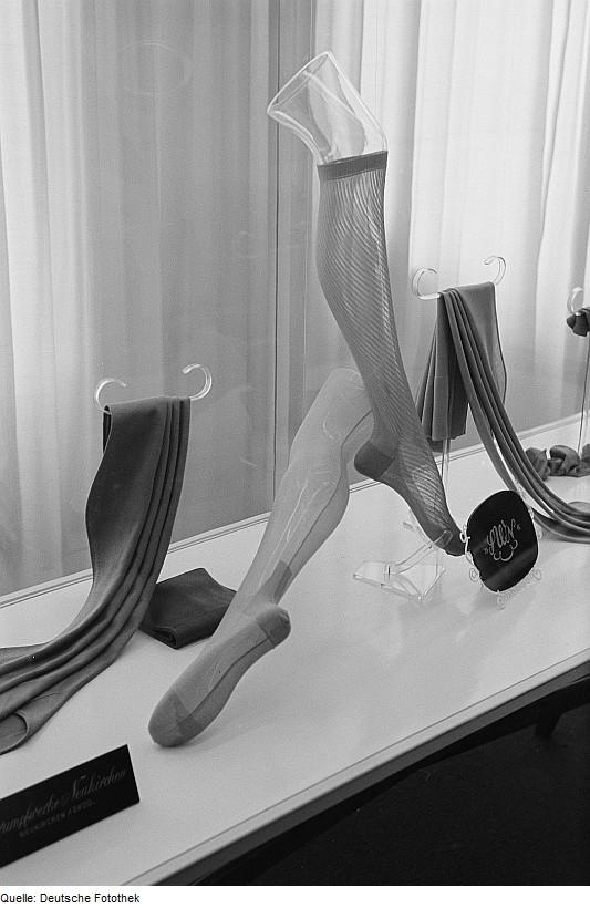 Fotothek_df_roe-neg_0006711_001_Damenstrümpfe_aus_Polymerfaser_auf_der_Leipziger_Herbstmesse_1954
